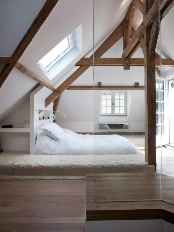 Дизайн мансардного этажа - фото спальни с верандой