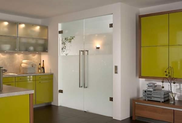 Двухстворчатые кухонные двери со стеклом - фото в интерьере