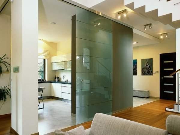 Стеклянная дверь на кухню в современном интерьере
