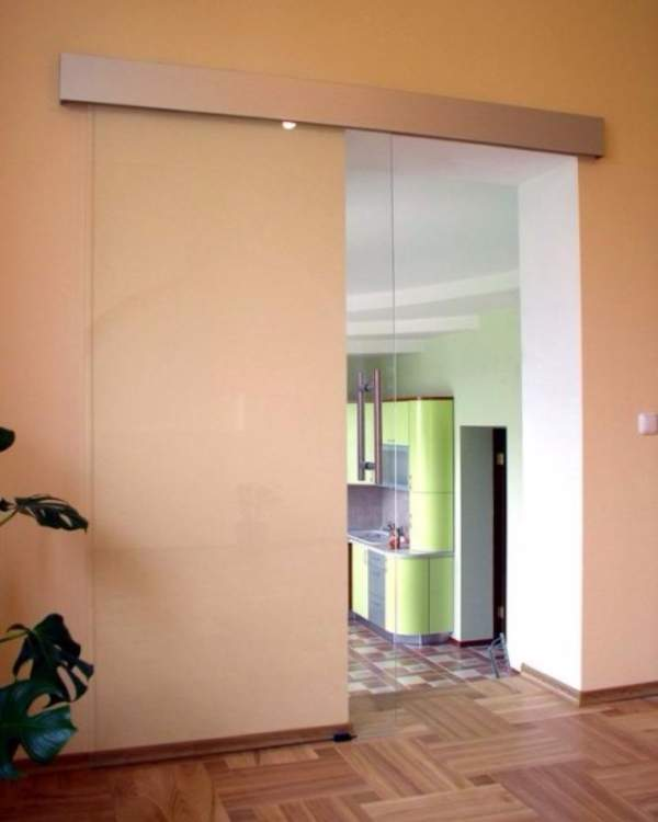 Прозрачная стеклянная дверь на кухню - раздвижной вариант