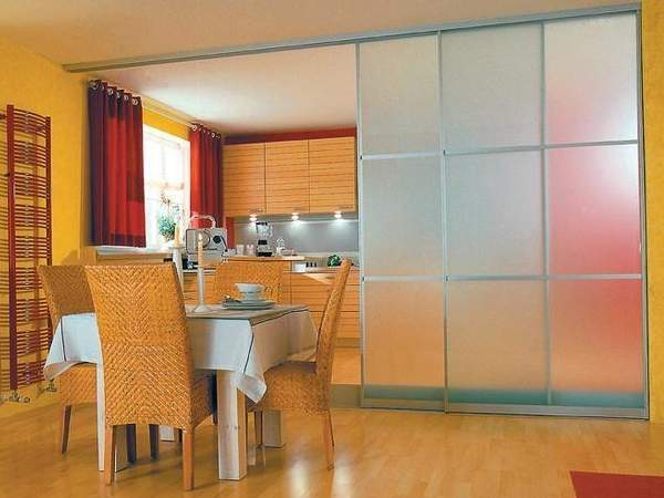 Раздвижная дверь на кухню со стеклом - перегородка в интерьере