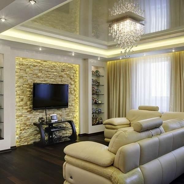 Натяжной потолок с люстрой в интерьере гостиной в квартире