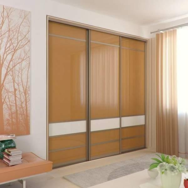 Красивый шкаф купе встроенный в нишу с персиковыми дверями