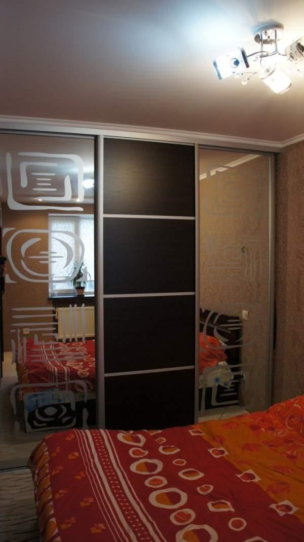 Встроенный шкаф купе в спальню с рисунком в восточном стиле