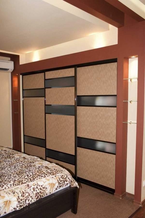 Красивый встроенный шкаф купе в спальню без зеркала