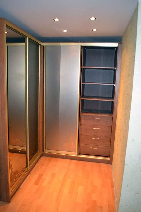 Встроенный угловой шкаф купе на 4 двери
