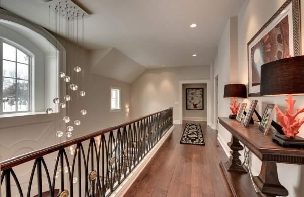 Дизайн второго этажа в частном доме - красивая площадка с балконом