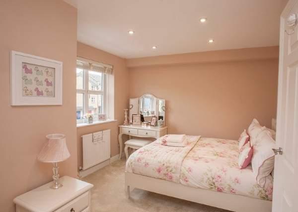 Сочетание бежевого и розового цветов в детской комнате
