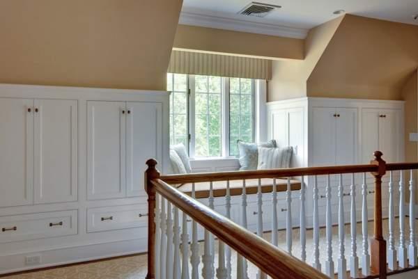 Уголок для чтения над лестницей на второй этаж частного дома