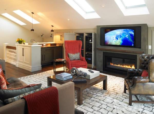 Как сделать второй этаж в частном доме - зона отдыха с камином над лестницей