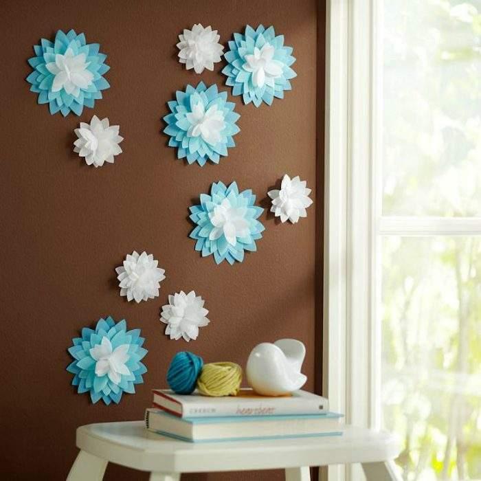 Бумажные цветы своими руками - декор стены на фото интерьера