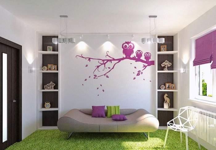Украшение стены в гостиной в помощью наклеек