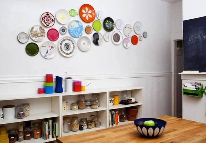 Коллекция тарелок на стене в интерьере кухни