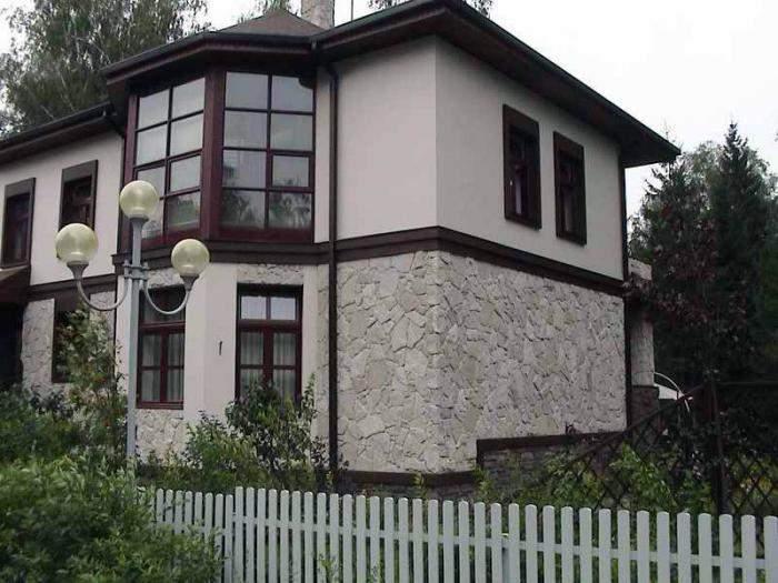 Оформление фасадов домов камнем и штукатуркой