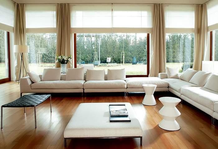 Гостиная с панорамными окнами - фото с занавесками и мебелью в стиле минимализм