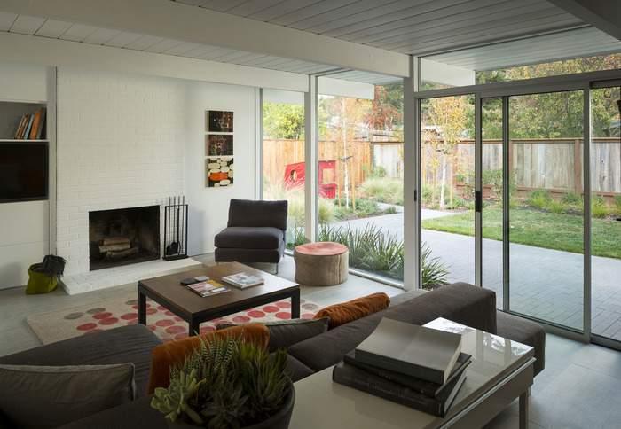Дизайн гостиной с панорамным окном - фото в интерьере частного дома