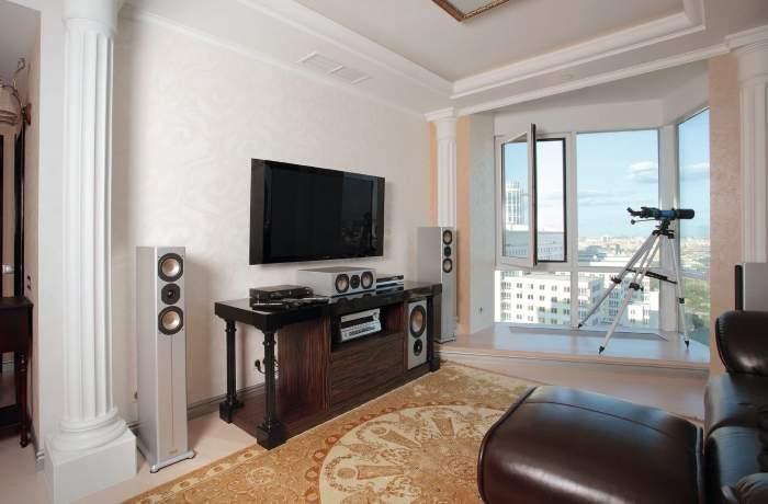 Дизайн маленькой гостиной с панорамными окнами в квартире