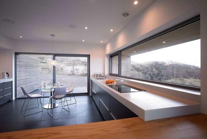 Красивая кухня с панорамными окнами - фото внутри
