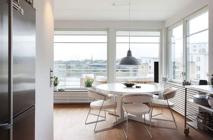 Дизайн кухни с панорамными окнами в угловой квартире