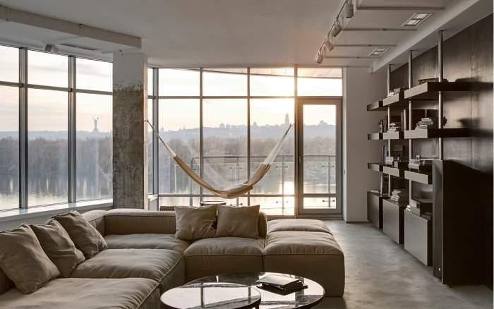 Панорамное окно в квартире - фото дизайна гостиной