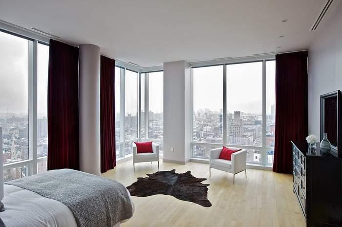 Панорамные окна - фото в интерьере спальни в угловой квартире