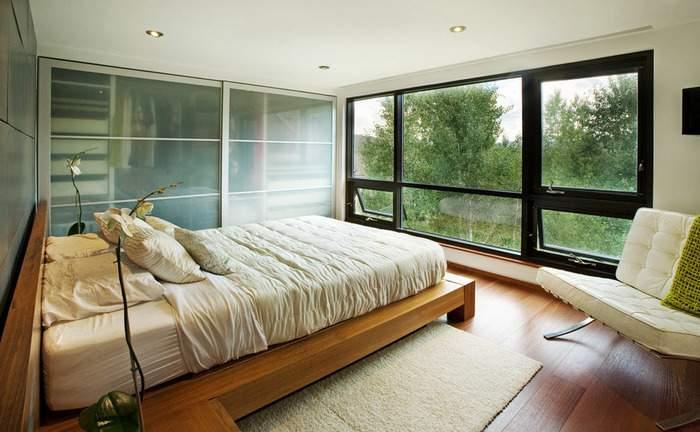Спальня с панорамными окнами - фото в интерьере дома