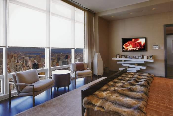 Дизайн спальни с панорамными окнами в городской квартире