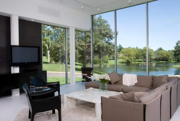 Гостиная с панорамными окнами - фото в интерьере загородного дома