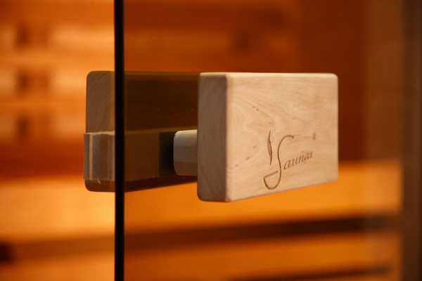 Стильная фурнитура для стеклянных дверей в сауну - ручка из дерева