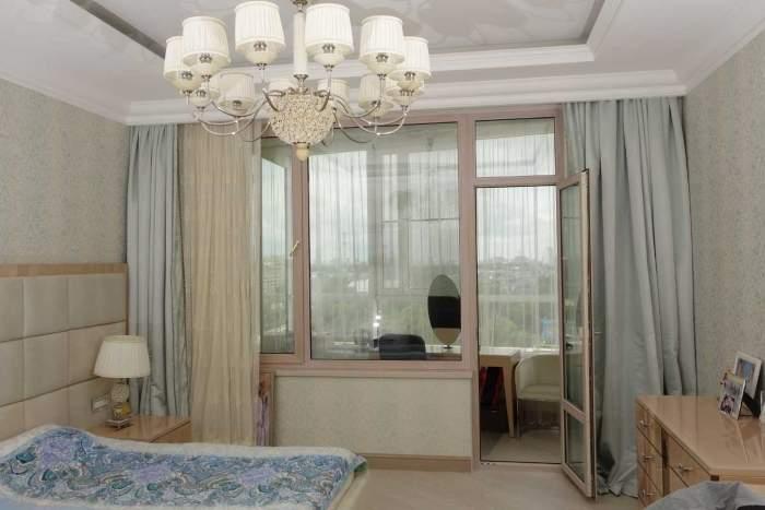 Спальня с балконом с панорамными окнами - идея интерьера