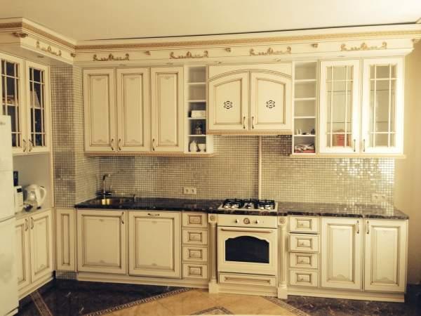 Кухни белые с патиной - фото в классическом стиле