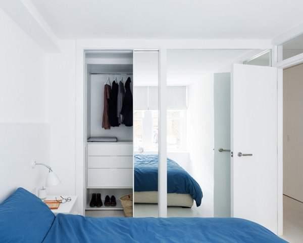 Встраиваемые шкафы купе - белый шкаф в спальне