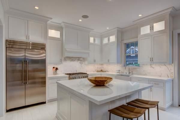 Кухня в белых тонах - фото белых шкафов и столешниц