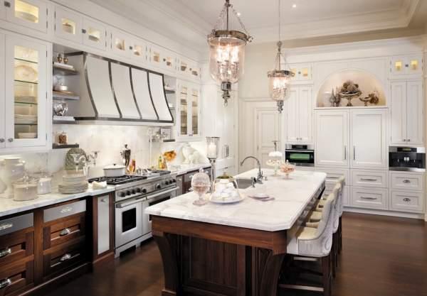 Классический дизайн коричнево белой кухни на фото