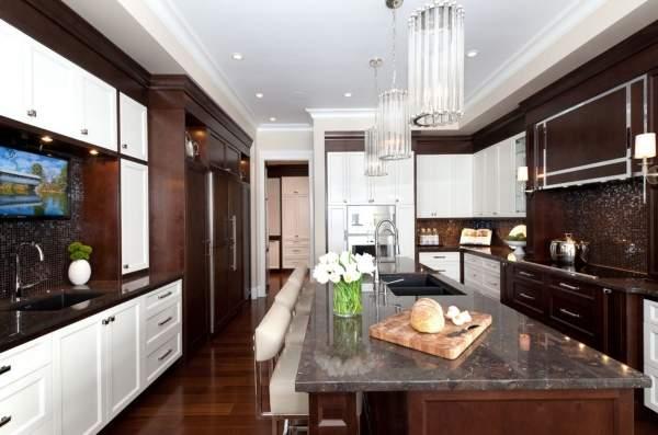 Сочетание белого и коричневого в интерьере кухни на фото