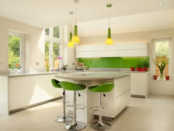 Белая угловая кухня с зелеными элементами - фото