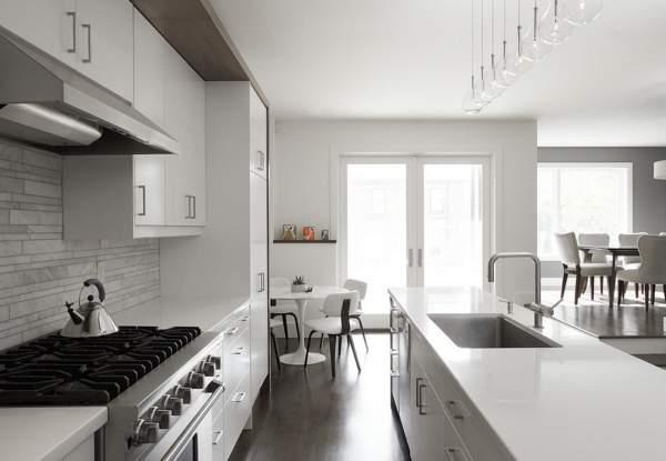Бело серая кухня - фото в интерьере современного дома