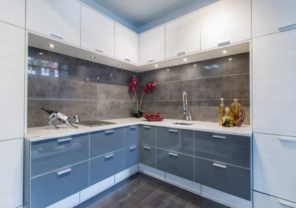 Серо белая угловая кухня - фото в дизайне квартиры