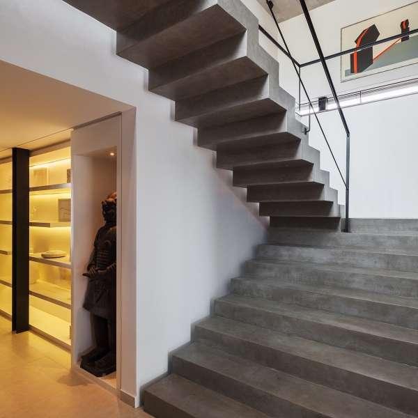 Бетонная лестница в частном доме в современном стиле