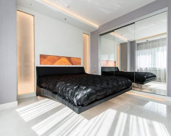 Зеркальные встраиваемые угловые шкафы купе - фото в спальне