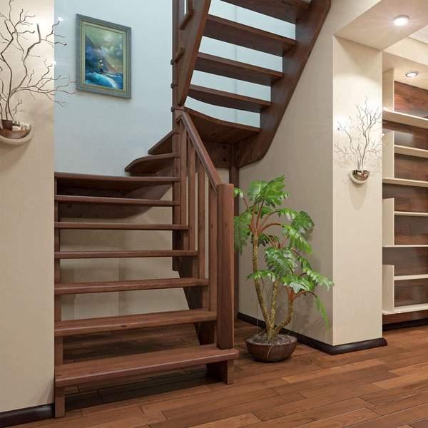 Деревянная лестница с несколькими пролетами в частном доме