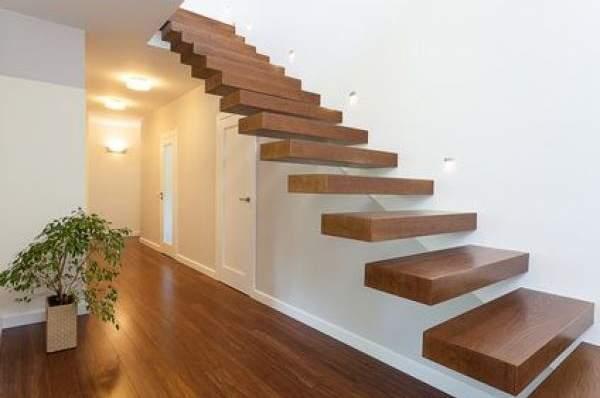 Консольные деревянные лестницы в частном доме - фото в интерьере