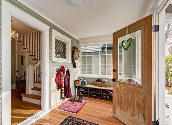 Дизайн большой прихожей в частном доме на веранде