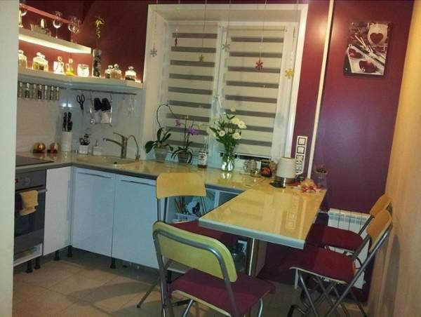 Кухня с барной стойкой в дизайне маленькой квартиры в хрущевке