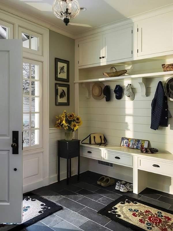 Дизайн небольшой прихожей со встроенным шкафом в частном доме