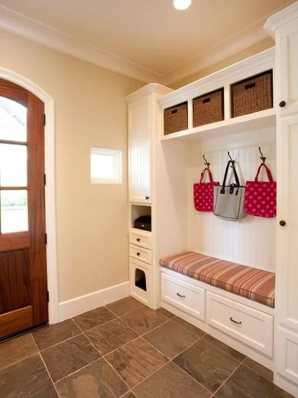 Современный дизайн небольшой прихожей в частном доме в светлых цветах