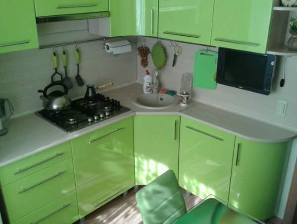 Интерьер зеленой кухни в дизайне маленькой квартиры 30 кв м