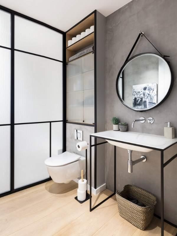 Лофт интерьер туалета - фото со шкафом над унитазом