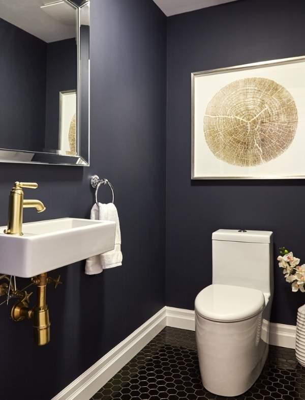 Современный дизайн туалета с темными стенами и белой сантехникой