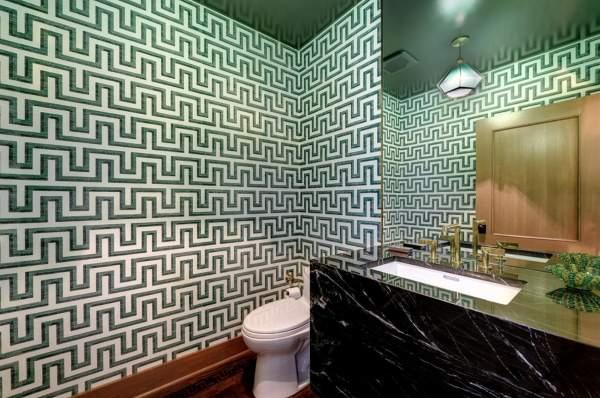 Роскошный интерьер туалета с зелеными обоями и мрамором
